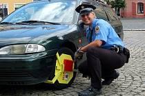 Kvůli pětikoruně do parkovacího automatu riskují řidiči v Chebu blokovou pokutu a nasazení ´botičky´.