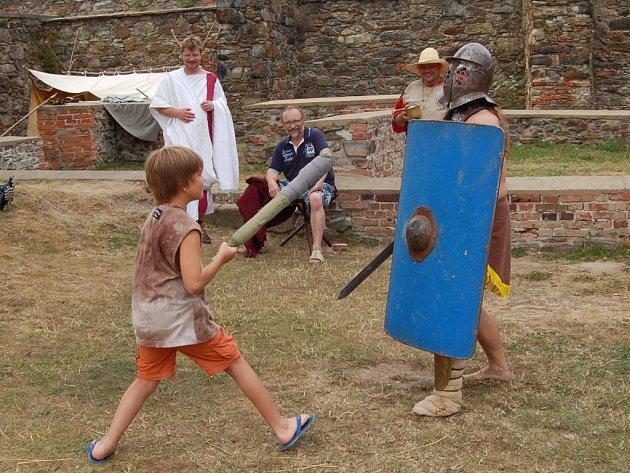 Ani úmorné vedro neodradilo stovky hostů od návštěvy chebského hradu, kde se po oba víkendové dny odehrály ojedinělé slavnosti pro celou rodinu ´Vivat Caesar´.