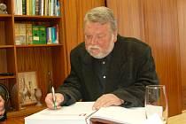 TRAGICKY zesnulý chebský spisovatel Stanislav Wintr se svou knihou Úlohy a hádanky pro kamarády.