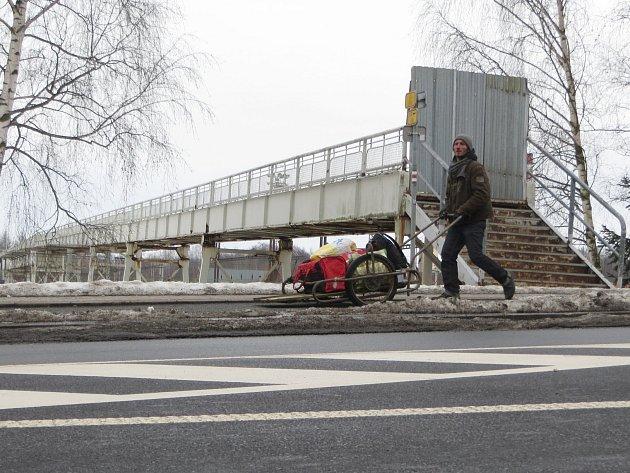 REKONSTRUKCE lávky nad železniční tratí u chebského nádraží vyjde odhadem na několik milionů korun. Už několik měsíců je lávka kvůli špatnému stavu pro pěší uzavřena.