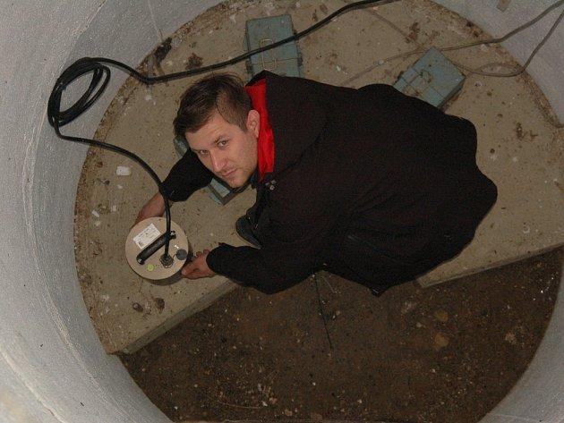 Nová záznamová zařízení zemětřesení nainstalovali odborníci do 13 měřicích stanic na Chebsku.