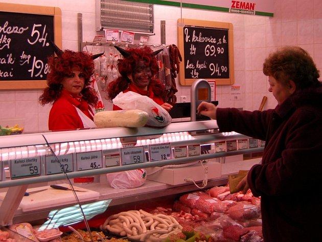DO ČERTOVSKÉHO se přestrojily i prodavačky v chebské masně. Zákazníci byli nadšení, někteří dokonce postávali jen tak za výlohou a dívali se, jak se dokážou ženy za pultem dobře bavit.