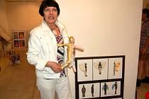 Instalace nové výstavy věnované oděvní tvorbě v chebské Galerii výtvarných umění