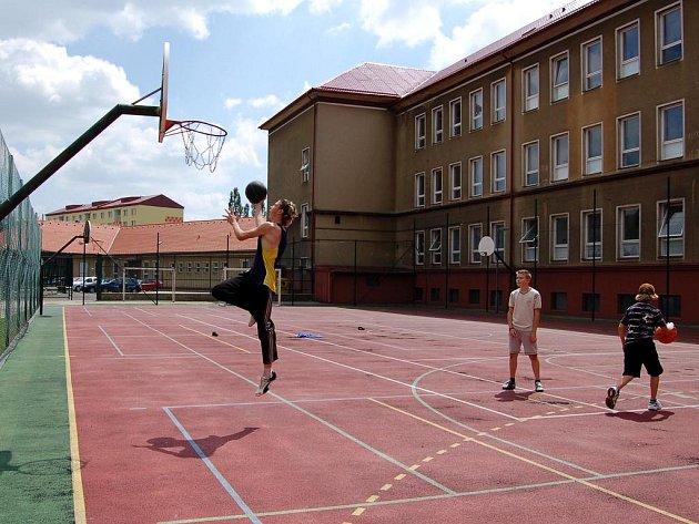 Místo vyučování se žáci raději věnovali basketbalu