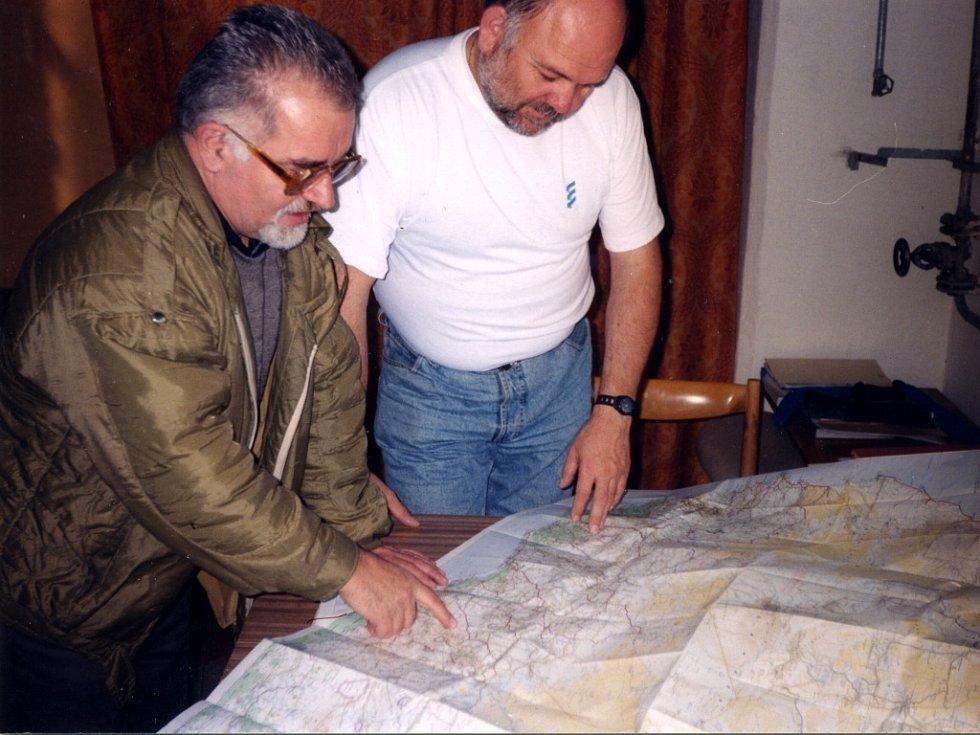 Jiří Pavlík (vpravo) při studiu trasy s Karlem Lopraisem