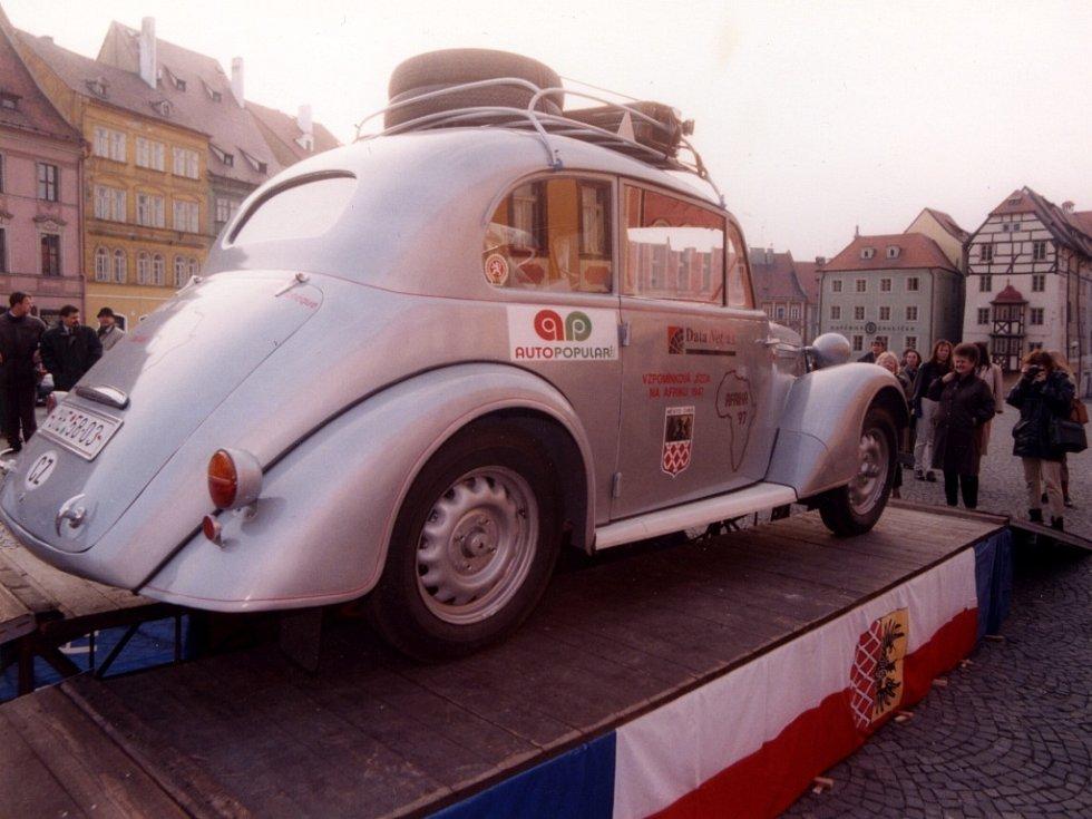 Slavnostní začátek cesty do Afriky v roce 1997 na chebském náměstí