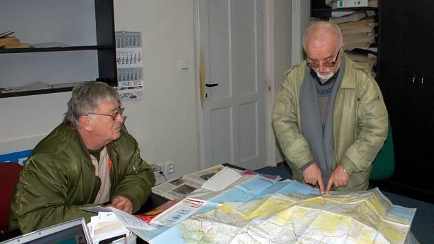 KONTROLA NAD MAPOU. Na mapě severozápadní Afriky ukazují Ervín Baláž (vpravo) a Jiří Pavlík (vlevo) trasu, kterou chtějí na malých historických motocyklech projet.