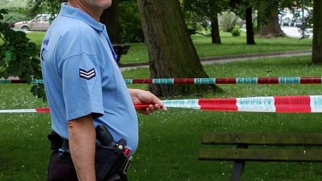 Městští strážníci hlídají podezřelý předmět pod lavičkou v chebské Májové ulici