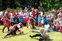 Lázeňskou sezonu v Lázních Kynžvartu oživila i chebská skupina RECTUS se svými ukázkami historického šermu.