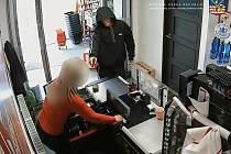 Ze záznamu kamery v obchodě.