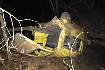 Cizinec nezvládl jízdu a skončil s automobilem na střeše. Pro jednoho z cestujících letěl vrtulník.