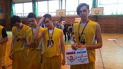 Kapitán družstva Samuel Zabolotnij s pohárem a diplomem pro vítěze oblastního přeboru. Po jeho pravici jsou Š. Zabolotnij (10), Kazaku (7) a Dostál (4).