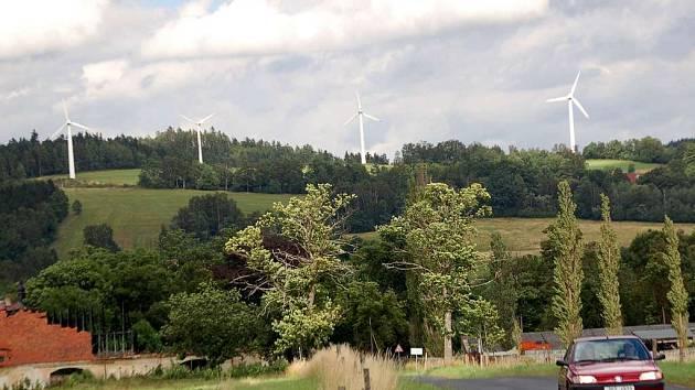 Větrné elektrárny u Nového Kostela na Chebsku. Vesnici zasáhlo ve středu zemětřesení o síle 2,5 stupňů Richterovy stupnice.