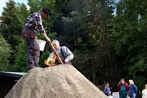 Spolek přátel ašského milíře v sobotu 20. června znovu zapálil milíř ve Vernéřově