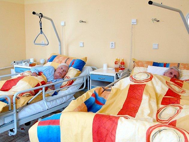 JAK VYPLYNULO z jednání starosty Chebu a právníků, nemusí se klienti léčebny dlouhodobě nemocných v Chebu bát o svou budoucnost. Tyto dvě ženy už jsou přestěhované do jednoho z oddělení  nového provozovatele léčebny.