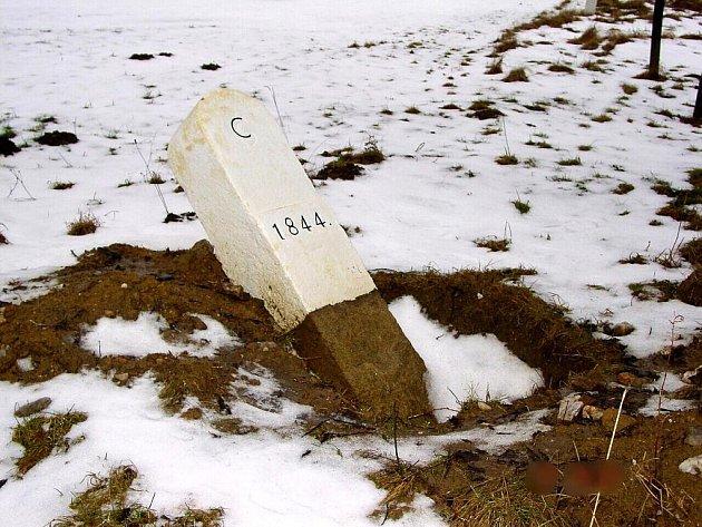 Již podruhé v krátké době se někdo pokusil poškodit hraniční kámen.