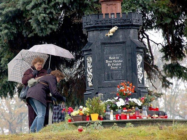 Chebský hřbitov byl v pátek již od časného rána v obležení občanů.