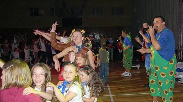 V sobotu večer ve sportovní hale Lokomotiva v Chebu zatančily mažoretky. Konala se zde akce s názvem Společně na prázdniny aneb tajemná show.