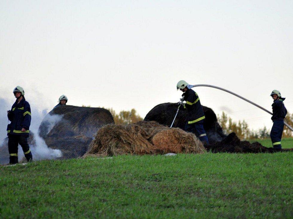 V sobotu 21. srpna večer museli drážní hasiči a dobrovolní hasiči z Dolního Žandova likvidovat požár slámy, ke kterému došlo nedaleko od železniční trati v Dolním Žandově.