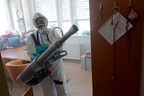 Hasiči během čtvrtka vydesinfikovali pavilony A, B a C chebské nemocnice.