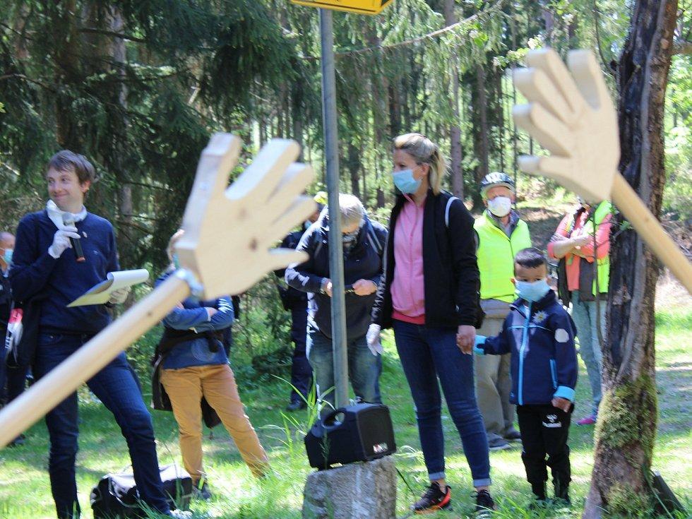 Zhruba stovka lidí dorazila na česko-německé hranice mezi Libou a Selbem. Protestovali proti dlouhodobému uzavření hranic, které podle iniciátorů už postrádá smysl.