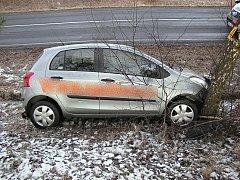 NÁRAZEM do stromu skončila jízda řidiče Toyoty z Podhradu do Chebu. Podle statistik bourali loni řidiči z Chebska nejvíce v celém Karlovarském kraji.