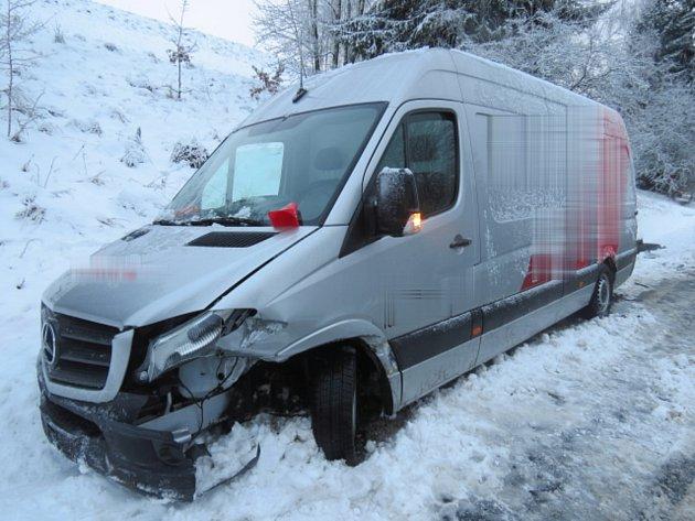 Zranění a škoda 200tisíc korun. Taková je bilance dopravní nehody, která se stala na silnici III/2175 ve směru od Aše na Podhradí.