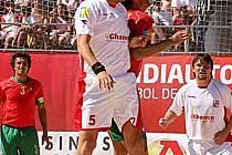 Hlavičkový souboj Velemana (č.5) s portugalským reprezentantem Madjerou, nejlepším hráčem světa. Vpravo přihlíží souboji Bezdička.