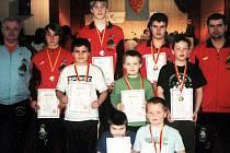 VĚTŠINA mariánskolázeňských zápasníků, která na nejdecké žíněnce vybojovala jedenáct medailí v kategoriích jednotlivců a bronz v soutěži družstev.