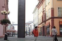 NEJKONTROVERZNĚJŠÍ částí opravované chebské pěší zóny se stal artefakt Brána času.