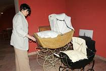 KURÁTORKA VÝSTAVY Iva Votroubková popsala, že na výstavě budou dětské historické kočárky, ale také ty pro panenky.