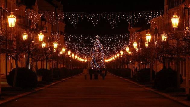 Vánoční strom rozzářil také františkolázeňskou Národní třídu.