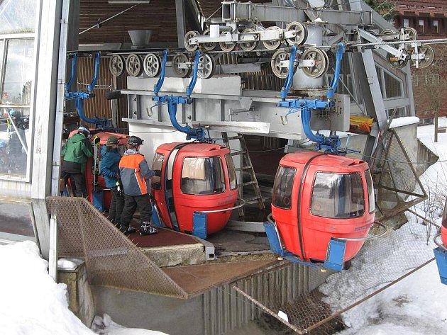 MILOVNÍKŮM lyžařských sportů je v Mariánských Lázních po týdnech omezeného provozu k dispozici celý Skiareál Mariánky.