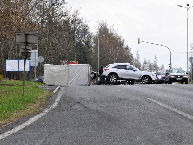 Policisté museli řešit nehodu převráceného vozíku v Chebu na Zlatém Vrchu.