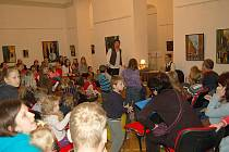 Desítky dětí i dospělích se zúčastnily posledního letošního adventního čtení v Galerii výtvarného umění v Chebu.