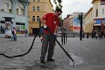 Více než 1 500 žvýkaček na nové pěší zóně v Chebu čistil s parním strojem Jan Krejčí. Nová technologie žvýkačky rozpustí.