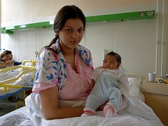 IVETA MARKOVIČOVÁ se poprvé rozkřičela ve čtvrtek 25. září v 18.07 hodin. Při narození vážila 2800 gramů a měřila 48 centimetrů. Roční sestřička Adélka se na maminku a Ivetku těší doma v Aši.