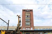 Rekonstrukce chebského nádraží začala v roce 2018. Letos v létě chce Správa železnic mít stavební práce hotové.
