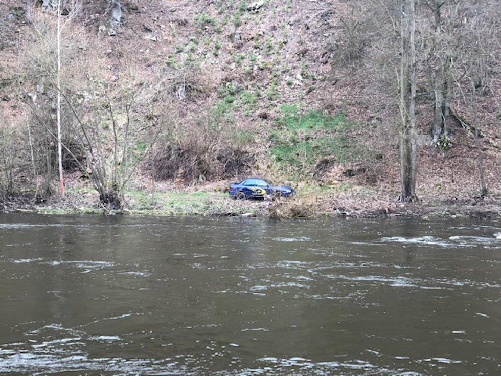 Šofér se pokusil policistům utéct skokem do řeky. Marně