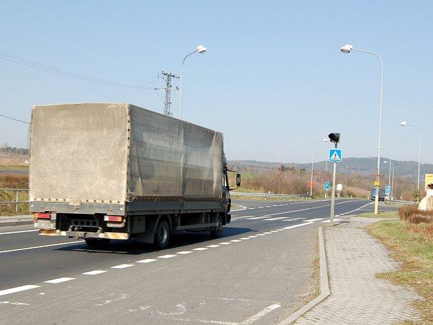 DOPRAVNÍHO ZNAČENÍ by se měla dočkat i silnice první třídy přes obec Vojtanov. Čeká se jen na revizi osvětlení a převod komunikace do vlastnictví obce.