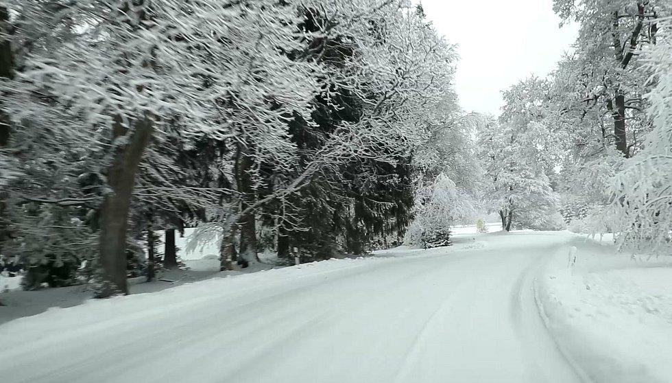 Zasněženou silnici z Lázní Kynžvart do Kladské a Pramenů silničáři nesmí chemicky ošetřovat. Zimní údržbu provádí jen pluhováním.