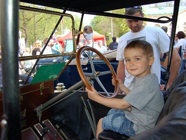 PÁNI KLUCI i jejich tátové si užijí ´svoje autíčka´ve Františkových Lázních. Organizátoři očekávají nejméně 70 účastníků Mezinárodní soutěže elegance historických vozidel.