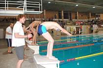 CHEBSKÝ PLAVECKÝ BAZÉN ovládli mladí sportovci. Handicapovaní a zdraví školáci společně absolvovali štafetu s názvem Třicetiminutový Špalíček.