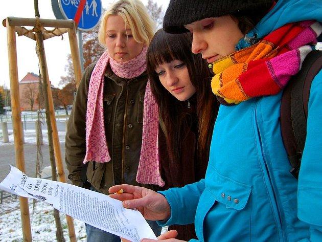 REAKCI  CHEBSKÝCH NACIONALISTŮ STUDENTKY NEČEKALY. U chebského nádraží, v Karlově ulici a na třídě Svobody v Chebu si lidé mohli přečíst výzvu chebských autonomních nacionalistů. Plakátu si všimly také studentky z Mariánských Lázní