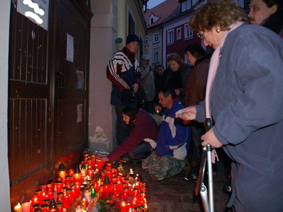 Vzpomínková akce za oběťmi tragické nehody na Růžovém kopečku v Chebu
