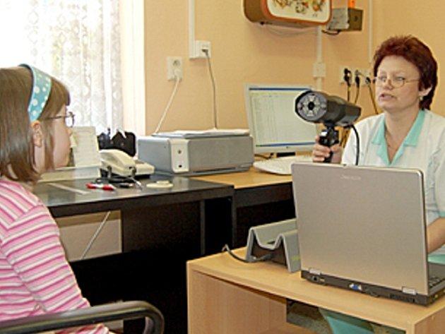 Vrchní sestra z chebského stacionáře pro děti s očními vadami Anna Valečková zjednodušeně vysvětluje malé klientce, jakým způsobem pracuje nový přístroj Plusoptix na zjišťování očních vad.