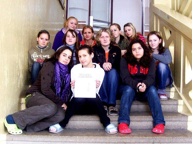 Dívčí část osmé třídy ZŠ a MŠ Plesná.