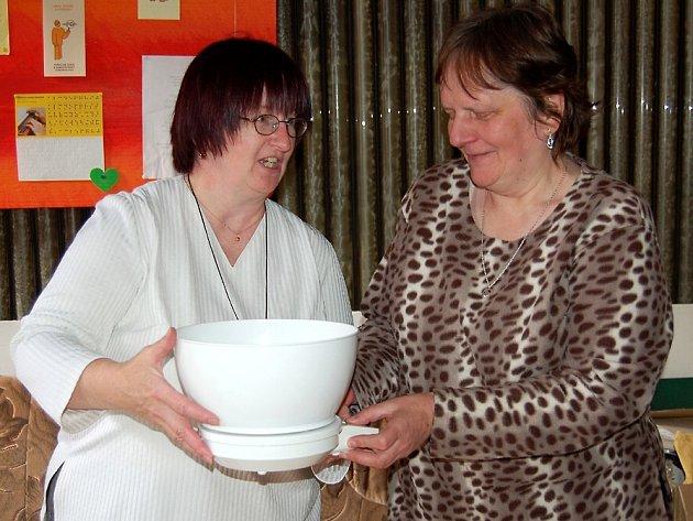 VÁHA  USNADNÍ  PRÁCI V KUCHYNI.   Kuchyňskou váhu, která je schopná akusticky  sdělit  hmotnost vložené potraviny či předmětu, si  prohlížejí  Božena Hrazdilová (vpravo) a Dana Vrlavská.