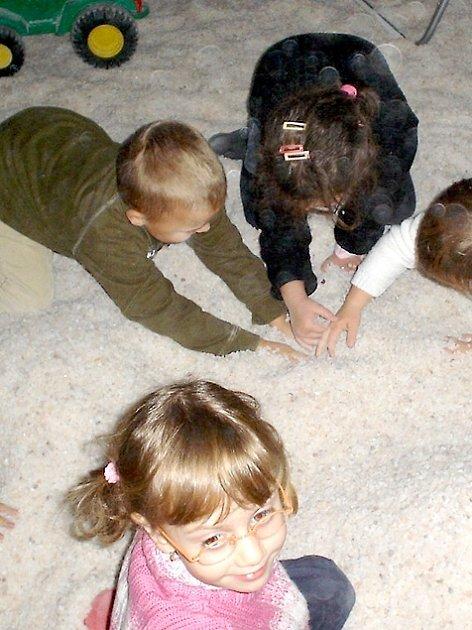 V JESKYNI SE JIM LÍBÍ. Děti ze stacionáře si během pobytu v jeskyni hrají v soli z Mrtvého moře.