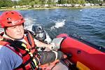 Žena se spolu se svým mužem převrátila s lodí na jesenické přehradě u Chebu. Zachránit je přijelo několik hasičů.